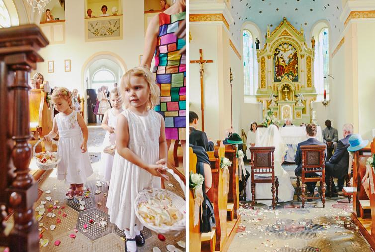 Schöne Kirche mit Blumenmädchen