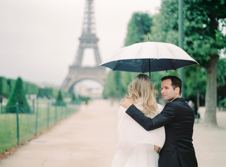 Walking through the rain, love, umbrella, wedding image, hochzeitsfoto