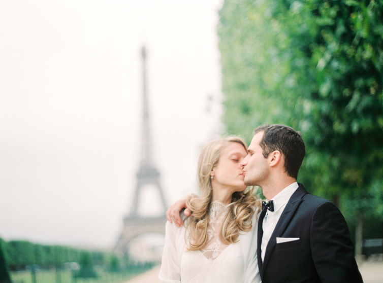 Kiss infront of the Eifel Tower, Paris, Love