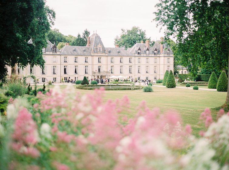 Schlosshochzeit_Frankreich_kuss_hochzeitsfoto_fineart_kreativ_außergewoehnlich_stilvoll_kuenstlerisch_originell_ideen_inspiration_romantisch_bewegend_destination wedding_paris_chateau wedding