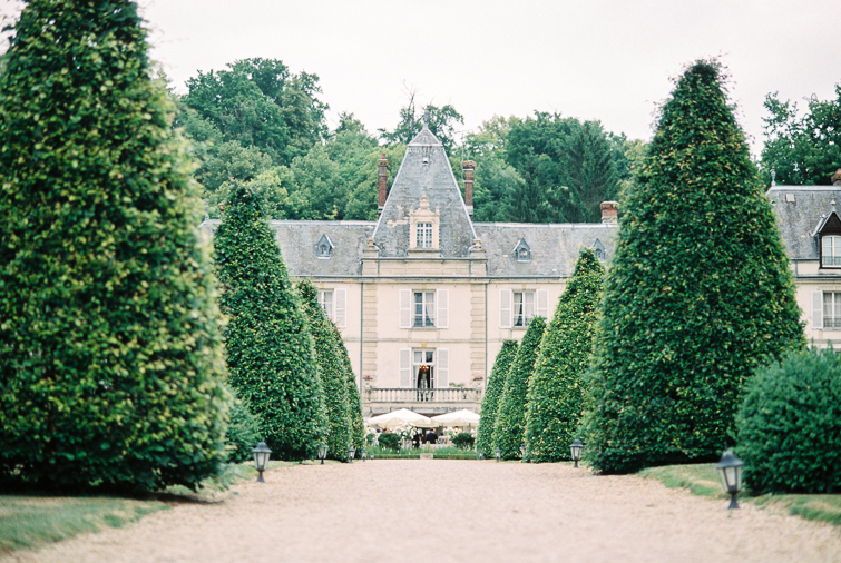 Schlosshochzeit_Paris_kuss_hochzeitsfoto_fineart_kreativ_außergewoehnlich_stilvoll_kuenstlerisch_originell_ideen_inspiration_romantisch_bewegend_destination wedding_paris_chateau wedding